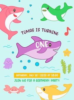 Baby doccia compleanno invito carta stile kawaii con squalo carino e creature marine. banner per bambini, sfondo flyer con squali divertenti. illustrazione vettoriale