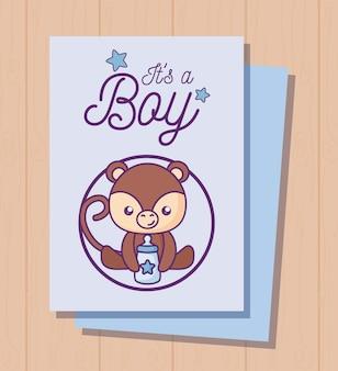 Scheda dell'acquazzone di bambino è un ragazzo con scimmia carina
