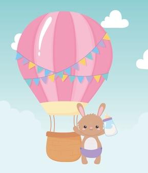 Baby shower, simpatico coniglietto con bottiglia di latte e mongolfiera, celebrazione benvenuto neonato