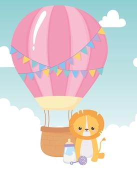 Baby shower, simpatico sonaglio per biberon di leone e mongolfiera, celebrazione benvenuto neonato