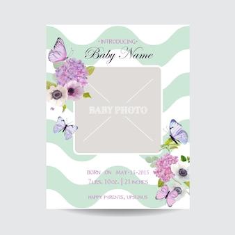 Modello di invito per baby shower con cornice per foto, fiori e farfalle. design floreale della carta di nozze