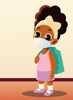 Ritorno a scuola di ragazzina afro con maschera medica, allontanamento sociale e tema educativo