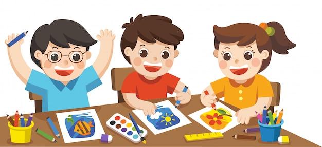 Di nuovo a scuola. bambini creativi felici che giocano, dipingono, schizzano in classe d'arte. concetto di educazione e divertimento