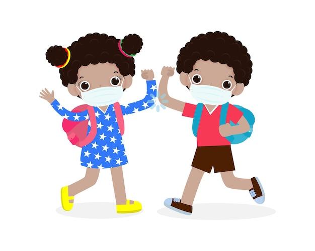 Ritorno a scuola per un nuovo concetto di stile di vita normale per bambini urto di gomito