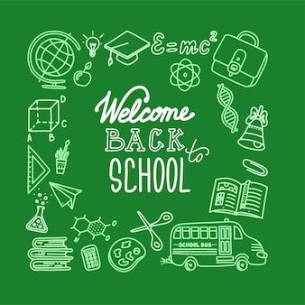 Banner quadrato di ritorno a scuola con scritte sfondo verde e bianco disegnato con il gesso