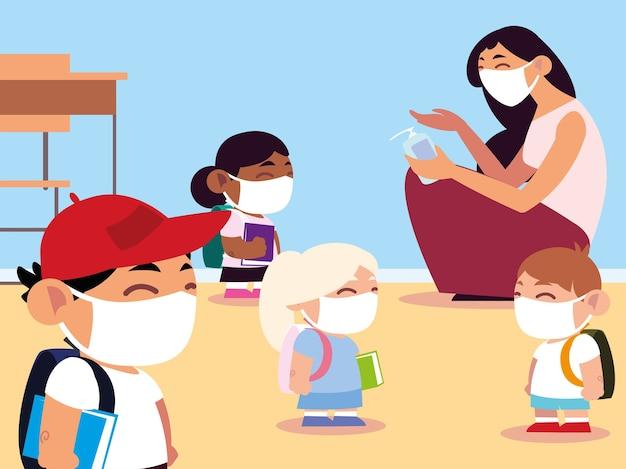 Ritorno a scuola, insegnante e alunni in classe con maschere e applicazione di disinfettante