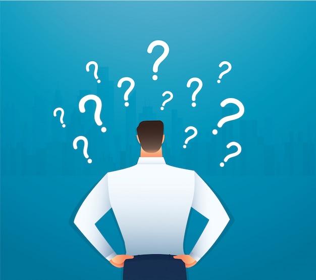 Vista posteriore dell'uomo d'affari guardando i punti interrogativi