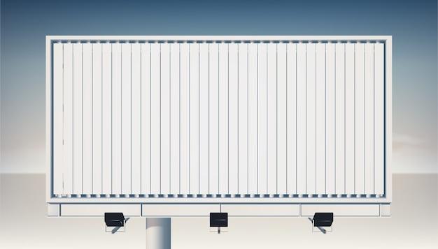 Tabellone per le affissioni orizzontale vuoto di vista posteriore sulla colonna metallica per la pubblicità e la promozione con i proiettori isolati