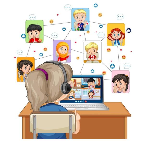 Vista posteriore della ragazza che guarda il computer per l'apprendimento in linea su bianco