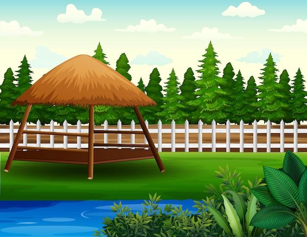 Sullo sfondo di un gazebo e di un laghetto nel cortile sul retro