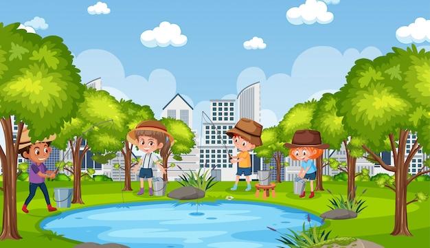 Scena del fondo con i bambini che pescano nel parco