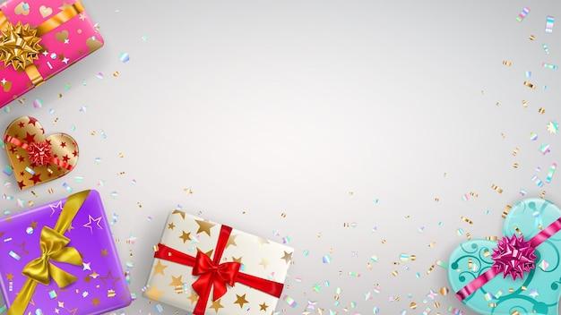 Sfondo con scatole regalo colorate con nastri, fiocchi e vari motivi