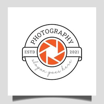Distintivo classico studio fotografico con simbolo dell'icona dell'obiettivo per il modello del logo del timbro fotografico