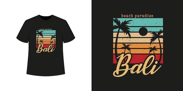 Stile della maglietta della spiaggia dell'oceano di bali e design di abbigliamento alla moda con sagome di alberi, tipografia, stampa, illustrazione vettoriale.