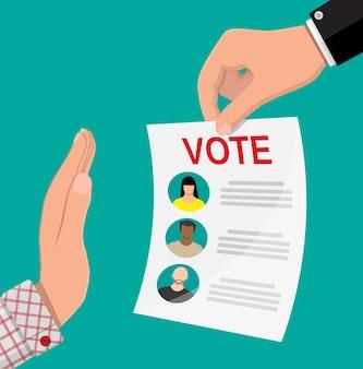 Scheda elettorale con i candidati. mano contro il voto.