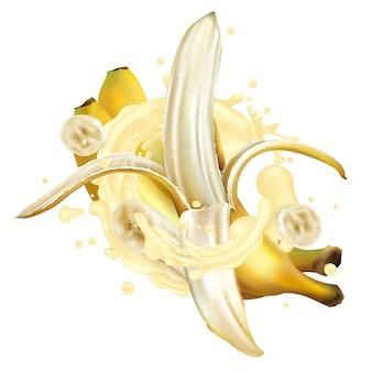 Banane in una spruzzata di frappè o yogurt su uno sfondo bianco.