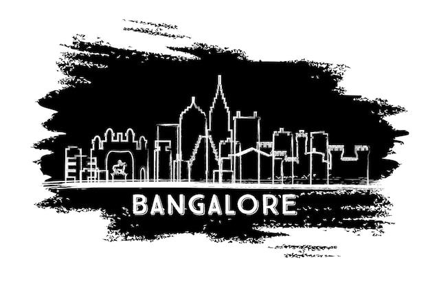 Siluetta dell'orizzonte di bangalore india. schizzo disegnato a mano. viaggi d'affari e concetto di turismo con architettura moderna. illustrazione di vettore.