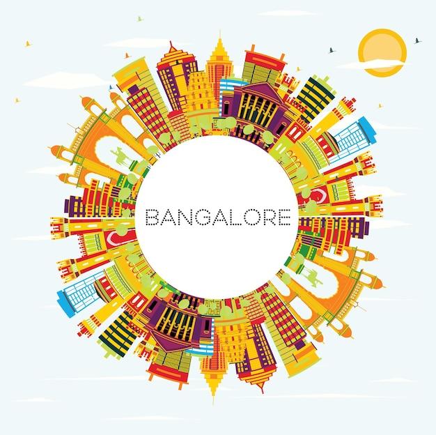 Orizzonte di bangalore con edifici di colore, cielo blu e spazio di copia. illustrazione di vettore. viaggi d'affari e concetto di turismo con architettura storica.