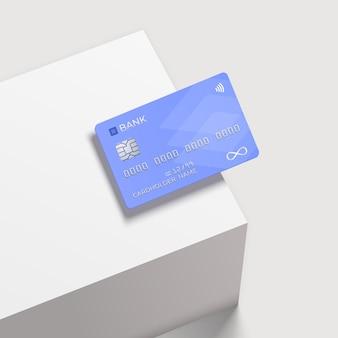 Carta di credito su un podio quadrato bianco.