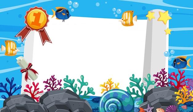 Modello della bandiera con molte creature del mare nell'oceano