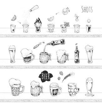 Progettazione di menu bar. bevande alcoliche, colpi con vodka e tequila, boccale di birra e icone vettoriali di bottiglia. schizzo disegnato a mano d'epoca di bevande. stile doodle