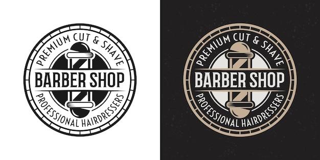 Distintivo rotondo vintage nero e colorato di due stili di barbershop, emblema, etichetta o logo con palo da barbiere su sfondo bianco e scuro