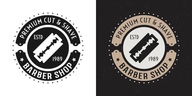 Distintivo rotondo vintage nero e colorato di due stili di barbershop, emblema, etichetta o logo con rasoio a lama su sfondo bianco e scuro