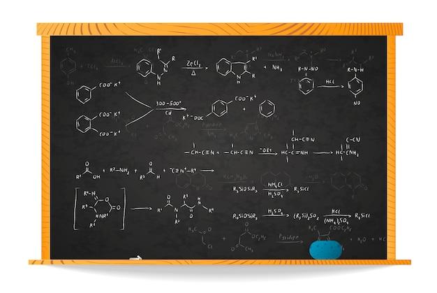 Equazioni e formule di base della reazione chimica sulla lavagna della scuola nel telaio di legno isolato