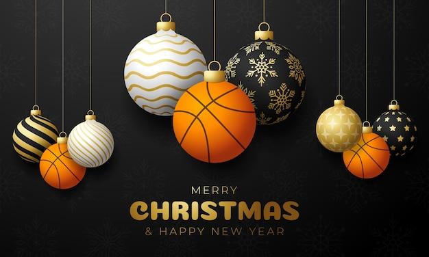 Cartolina di natale di basket. cartolina d'auguri di buon natale sportivo. appendi su una palla da basket di filo come una palla di natale e una pallina d'oro su sfondo nero orizzontale. illustrazione vettoriale di sport.