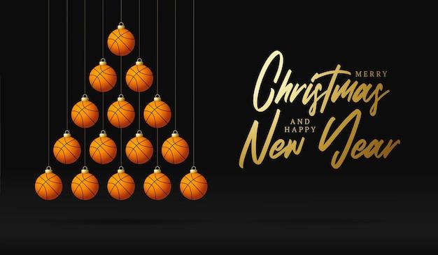 Albero della pallina di auguri di natale e capodanno di pallacanestro. albero di natale creativo fatto da palla da basket su sfondo nero per la celebrazione di natale e capodanno. biglietto di auguri sportivo