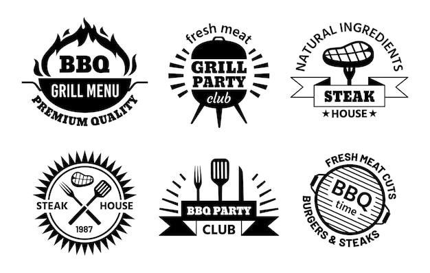 Marchio del barbecue. emblemi di barbecue e steak house per il menu del ristorante. etichette per barbecue con set di vettori per griglia calda, carne, salsiccia e utensili da cucina. illustrazione logo ristorante barbecue logo