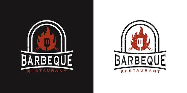 Logo di design vintage retrò barbecue con logo a spatola e concetto di fuoco in combinazione