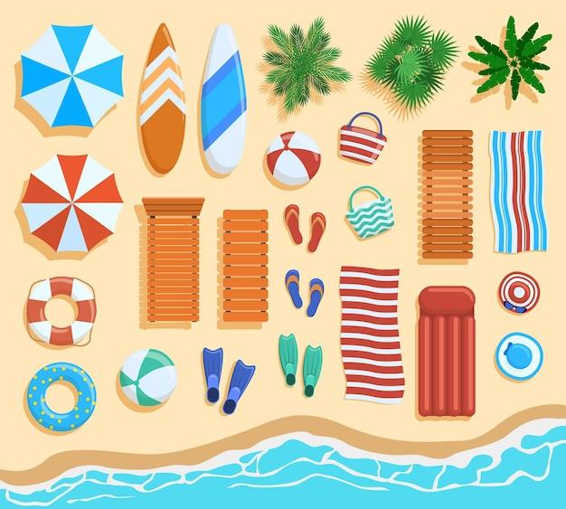 Vista dall'alto degli elementi della spiaggia. elementi di spiaggia sabbiosa, palme tropicali, sedie, ombrelloni vista dall'alto.