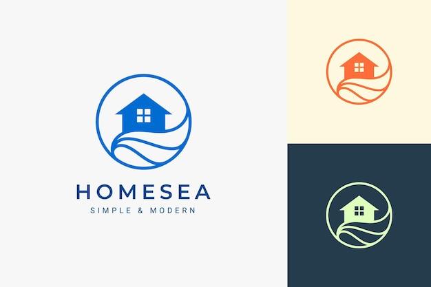 Resort a tema sulla spiaggia o logo immobiliare con onda e cerchio del mare