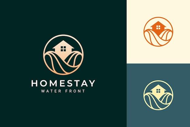 Resort a tema sulla spiaggia o logo della villa con onda e cerchio dell'oceano di lusso