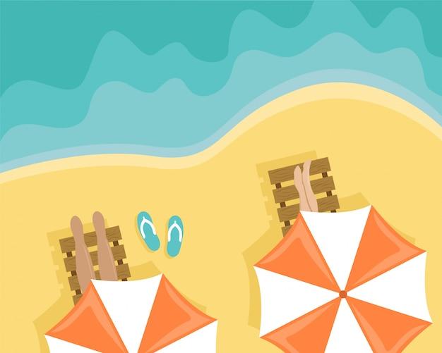 Spiaggia con persone sdraiate su lettini e ombrelloni.