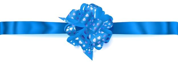 Bellissimo grande fiocco orizzontale fatto di nastro azzurro con piccoli cuori lucidi con ombra su sfondo bianco