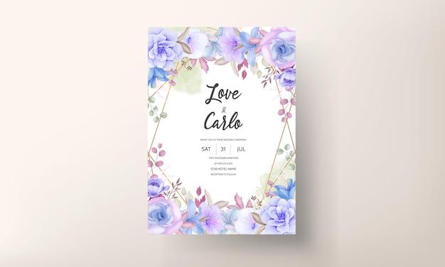 Bellissimo design floreale blu e viola e foglie di invito a nozze