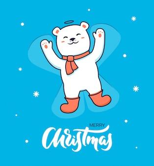 Bella cartolina di natale dell'orso polare in sciarpa e stivali che fanno un angelo della neve.