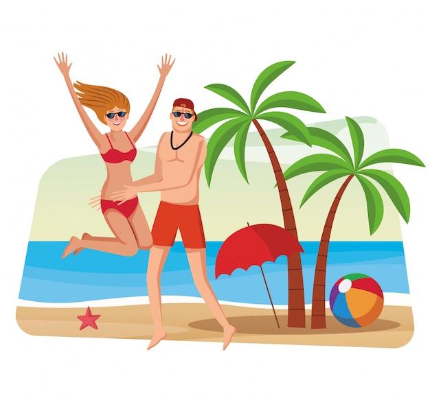 Belle coppie divertendosi in spiaggia