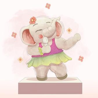 Bellissimo elefante che canta sul palco
