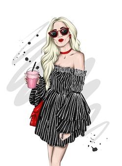 Bella ragazza in abiti eleganti, moda e stile