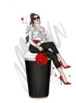 Bella ragazza in abiti eleganti alla moda