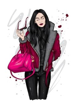 Bella ragazza in abiti invernali alla moda.