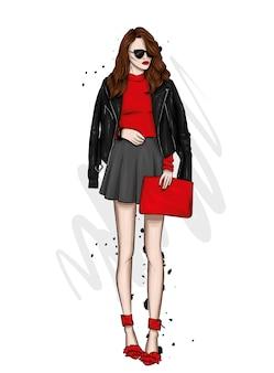 Una bella ragazza con i capelli lunghi in occhiali, una giacca, una gonna e stivali con i tacchi. moda e stile.