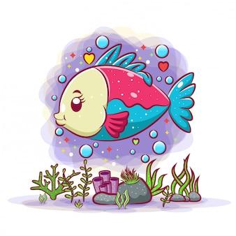 Il bellissimo pesce rosso è felice sotto l'acqua pulita