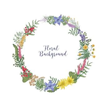 Bella ghirlanda disegnata a mano o ghirlanda circolare fatta di foglie e fiori di prato fioriti intrecciati