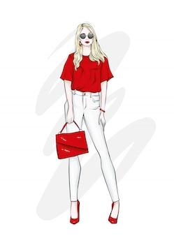 Bella alta in pantaloni, occhiali e camicia. vestiti e accessori alla moda.