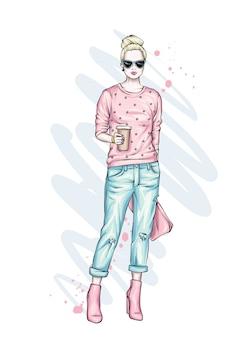 Bella alta in pantaloni, occhiali e una felpa. vestiti e accessori alla moda.