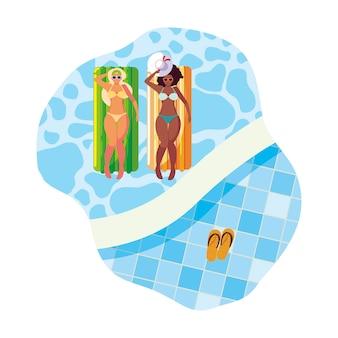 Belle ragazze interrazziali con materasso galleggiante in acqua